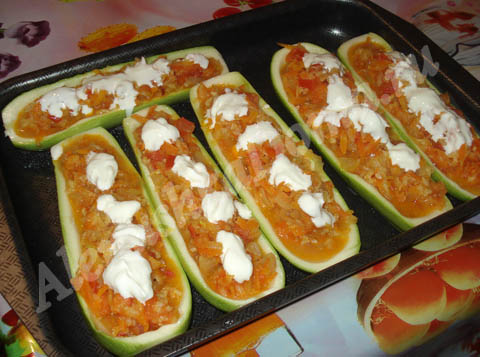 Фаршированные овощами кабачки. Готовое блюдо.