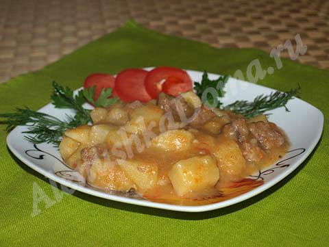 Тушеная картошка с говядиной (как в детском саду) и салат из свеклы. Готовое блюдо.