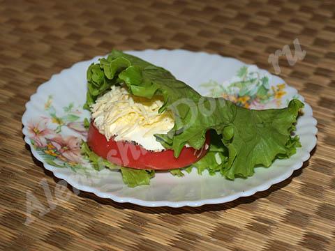 Закуска из помидоров с сыром. Готовое блюдо.