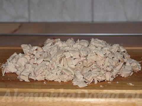 нарезанное вареное куриное мясо