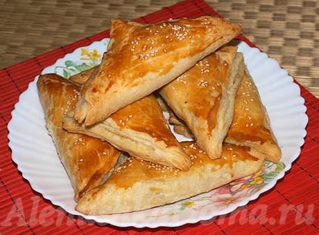 Треугольники с сыром и колбасой