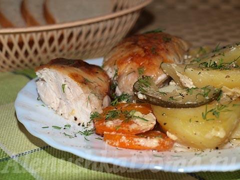 Курица в духовке в рукаве с овощами. Готовое блюдо.